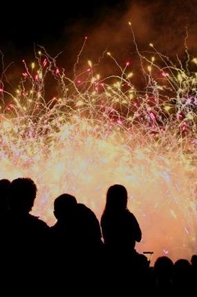 fin-de-ano-a-la-europea-celebra-nochevieja-y-no-mires-con-quien-fiesta-nochevieja-ano-nuevo-europa-plan-jovenes
