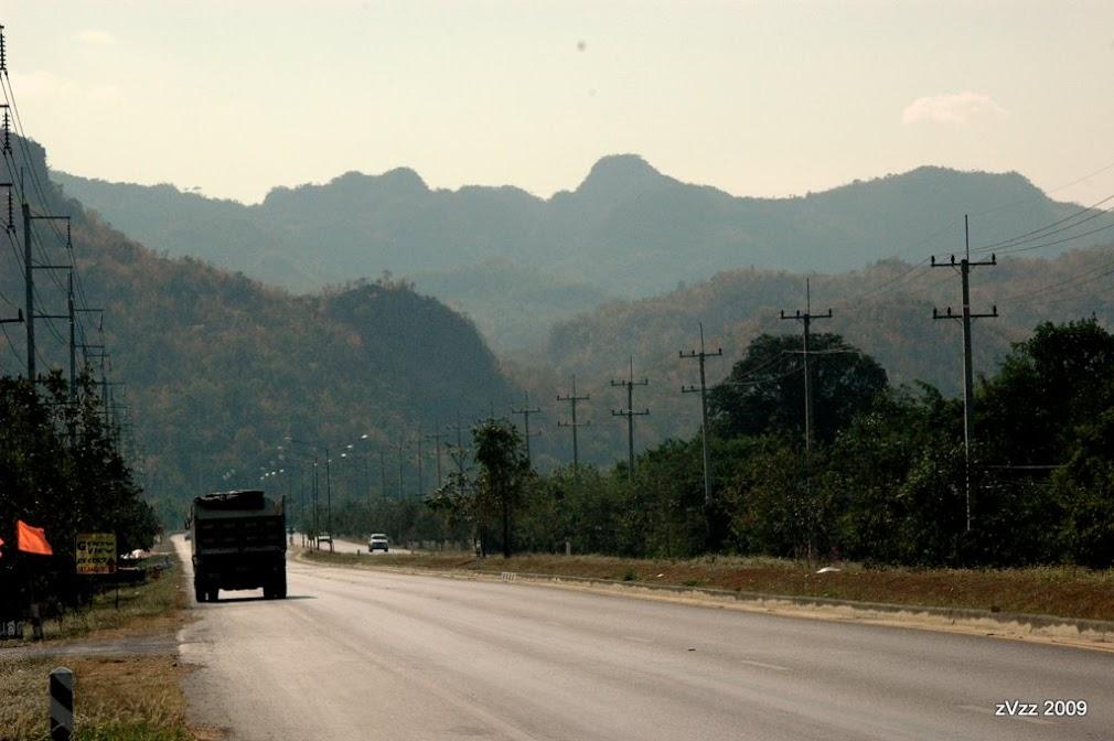 Дорога, ведущая в горы Канчанабури. Сухой сезон красит склоны в желтое.