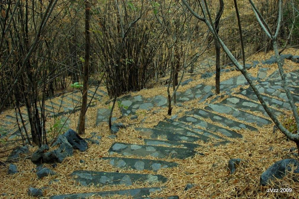 Лестница в пещерный храм на горе. Подхем небольшой, но, как говорится, rewarding.