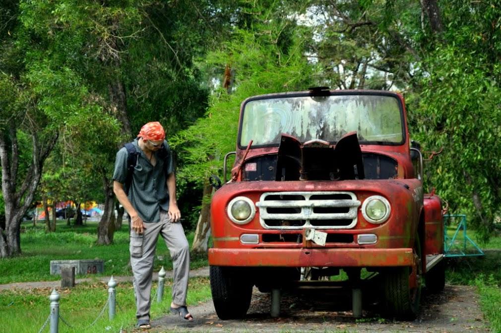 Экспозиция старинных машин под открытым небом в парке