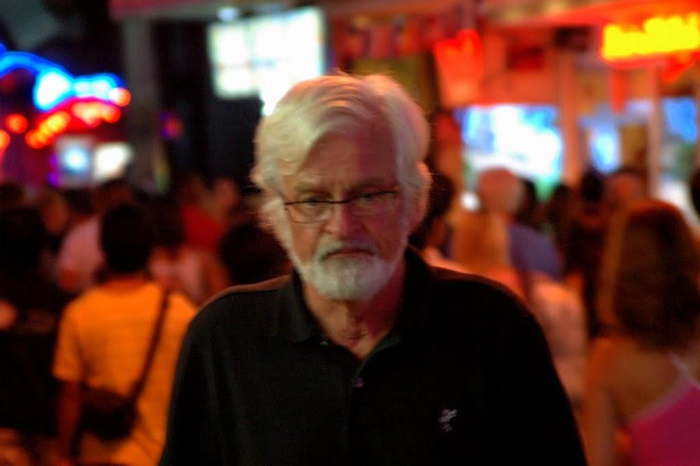 Европейский пенсионер, идущий по делам, на волкинг стрит