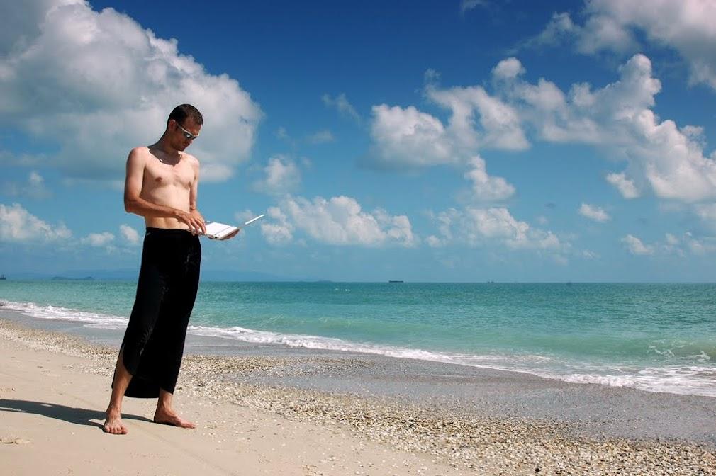 zvzz на пляже в Каноме не отходит от компьютера