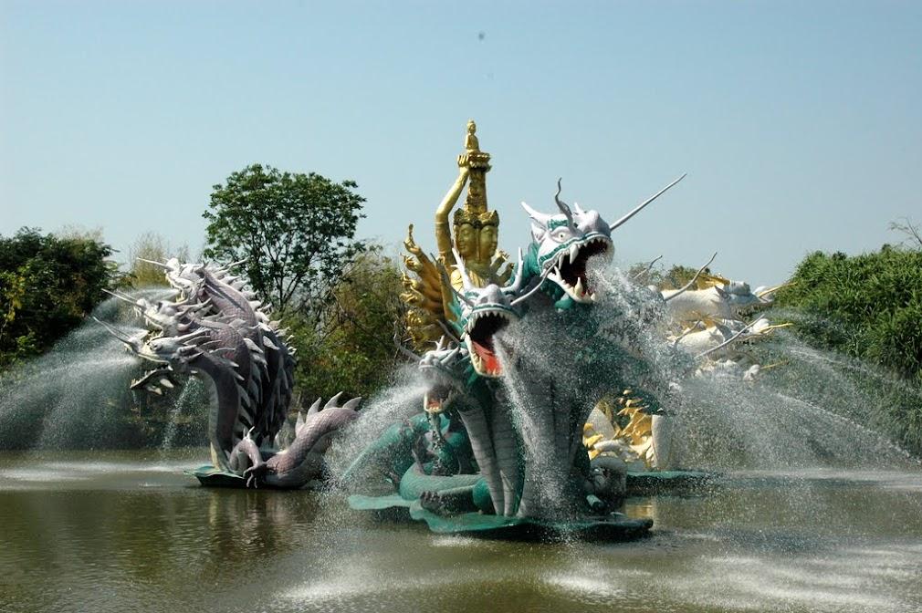 Фонтан на оезер в парке Мыанг Боран в пригороде Бангкока
