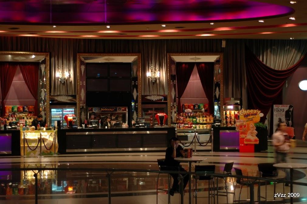 Зал с попкорном на входе в кинотеатр Эспланады