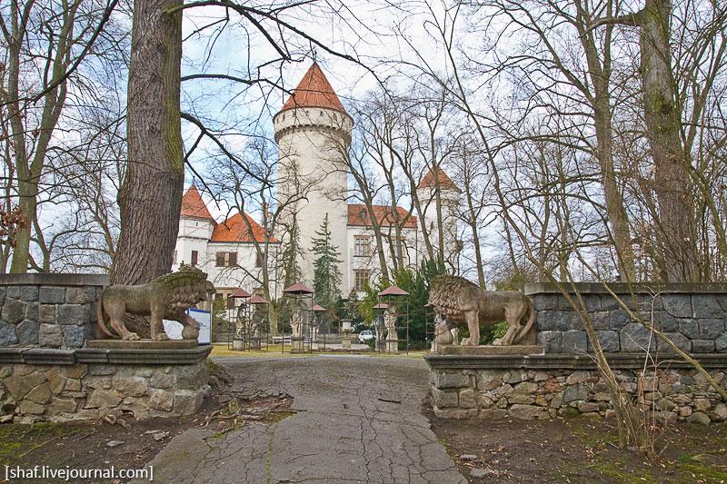 Чехия, замок Конопиште, зачехленные парковые скульптуры