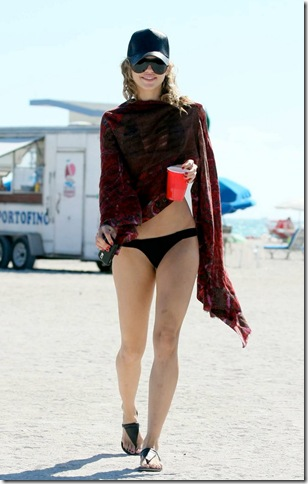 """MAVRIXONLINE.COM """"90210"""" beauty AnnaLynne McCord relaxes and enjoys lunch on the beach with boyfriend Kellan Lutz while on holiday in Miami for New Year's. Miami, FL. 1/3/09. Fees must be agreed for image use. Byline, credit, TV usage, web usage or linkback must read MAVRIXONLINE.COM. Failure to byline correctly will incur double the agreed fee. Tel: 305 542 9275 or 954 698 6777."""