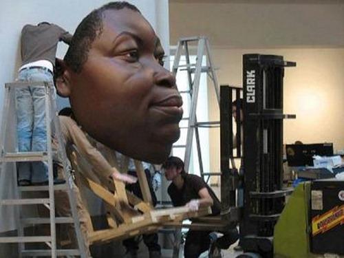 O hiper-realismo nas esculturas de Ron Mueck