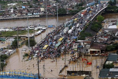 Traffic jam and flood in Manila, January 2011. More than a week of heavy rain has left at least 33 people dead from flashfloods and landslides in the Philippines. presstv.ir