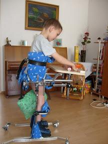 Už udrží svoju váhu - môže trénovať v chodítku, chrbát ešte treba pridržiavať
