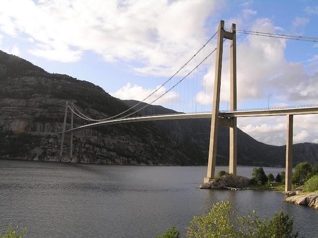 most přes Lysefjord u Preikestolenu