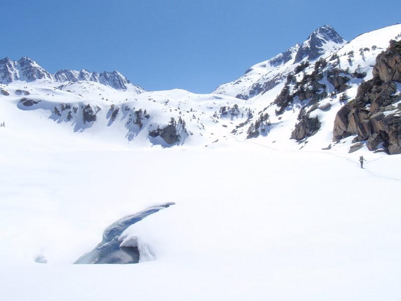 La Sílvia creuant l'estany de la Llastra