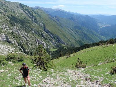 La Sílvia pujant per forts pendents. Al fons la Vall del Bastareny