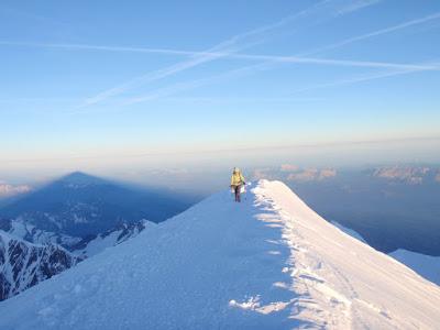 La Sílvia arribant al cim i l'ombra del Mont Blanc darrere