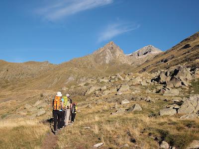 Pujant per la vall de Lliterola, amb el Perdigueret i el Perdiguero al fons