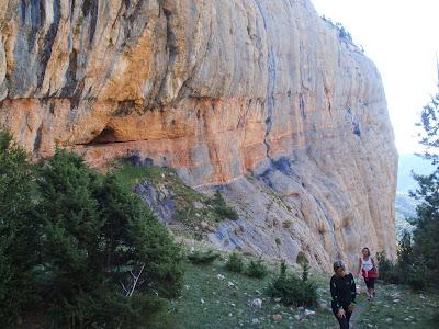 La Núria i la Sílvia suant sota les parets de Ferrús