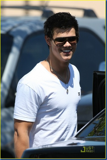 taylor-lautner-la-lunch-02