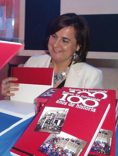 A autora do libro, Mª Jesús Iglesias Veiga, asinando exemplares o día da presentación