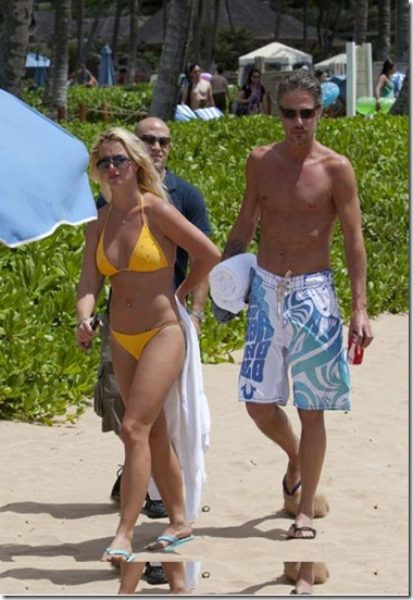©BAUER-GRIFFIN.COMBritney Spears wears a bright yellow bikini while spending the day at the beach with boyfriend Jason Trawick.August 24, 2010Job: 100824X9         Hawaiiwww.bauergriffin.comwww.bauergriffinonline.com