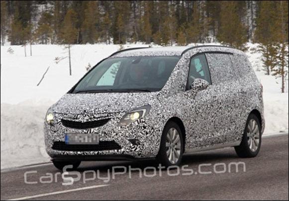 Nova Opel Zafira é flagrada com pouca camuflagem na Europa
