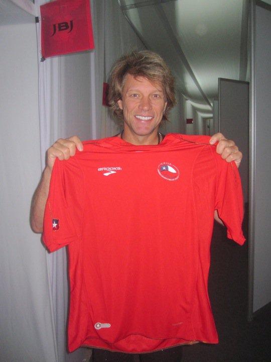 Foto: Jon Bon Jovi todo faceirão depois de passar pelo Chile com a The Circle Tour