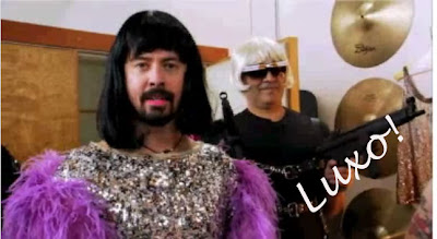 [vdeo] Foo Fighters, montados de Drag Queen, promovem o concurso que escolher novos diretores para seus vdeos