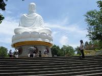 Tượng Phật trắng ở chùa Long Sơn - Nha Trang