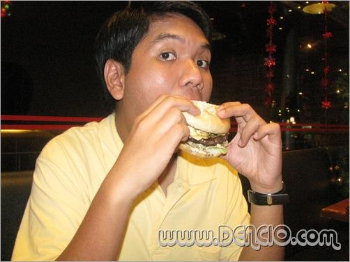 Mmmm.... Looks Can be deceiving... Nagpapanggap syang Maliit :p