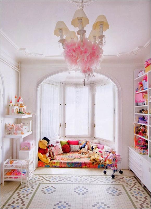 sala juegos infantil ventanal ara%C3%B1a blanca con boa plumas rosa