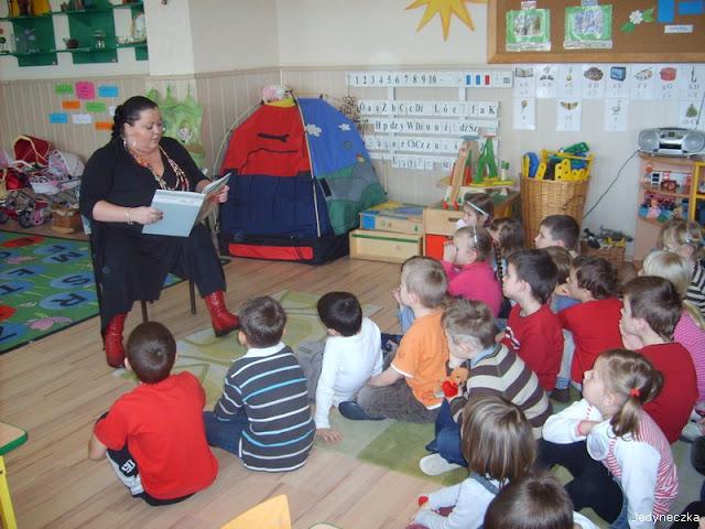 magda rzemekurbanowicz czyta dzieciom przedszkole