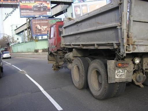 Motoristas de caminhão Russos andando sem roda