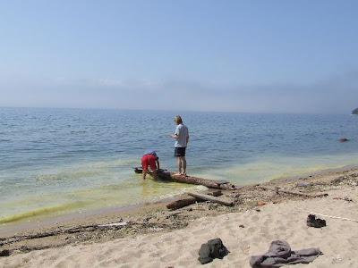 Christian und Johannes beim Bau des Steges.