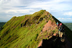 Sentier sur la crête, au bord du cratère