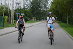 Kolarz MarciN oraz kolarz Andre prowadza dyskusje o sprzecie