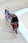 Keirin - wyścig grupowy, pierwsze kilka rund zawodnicy jadą za rozprowadzającym motorowerem, który stopniowo przyśpiesza do ok 50km/h.