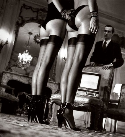 Helmut_Newton_TwoPairsOfLegsInBl