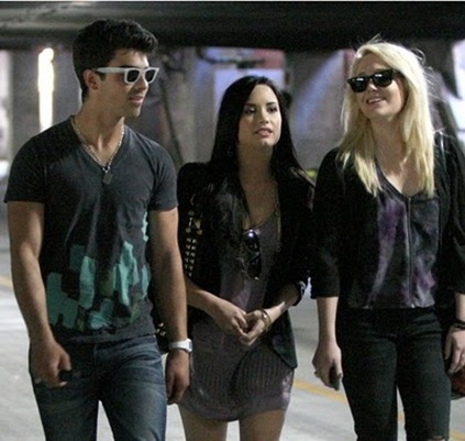 joe-jonas-demi-lovato-church-02