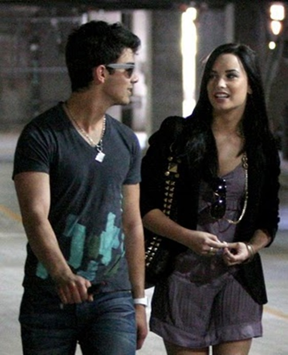 joe-jonas-demi-lovato-church-01