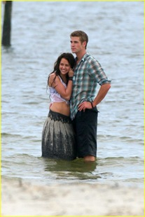 miley-cyrus-liam-hemswroth-kiss-05
