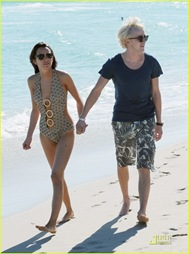 tom-felton-romantic-beach-stroll-girlfriend-10