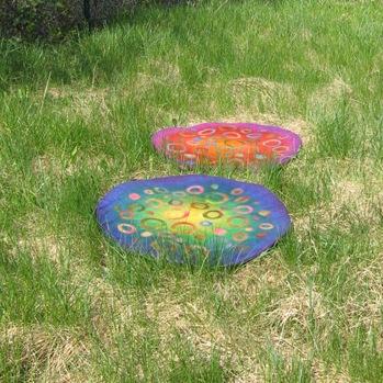 Sitzkissenostereier im Gras