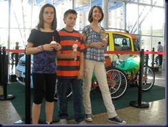 Ana, Álvaro y Celia, posaron así de contentos con su helado y sus premios.
