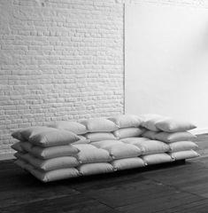Sofá de cojines y metros de velcro