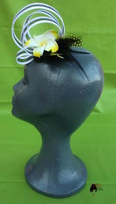 Tocado con flor amarilla