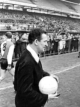 http://lh6.ggpht.com/_sklU5tDnOFE/R8p_CKGfWyI/AAAAAAAAKoI/z64mJnSd0r4/Feyenoord+tegen+Enschede+3-1.+Scheidsrechter+Leo+Horn.jpg