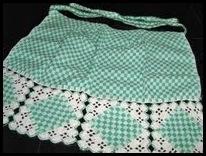 Avental de tecido xadrez com detalhes em croche