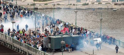 Столкновение полиции с демонстрантами на мосту в Каире. Фото из альбома Роберто Питеа, остальное по ссылке