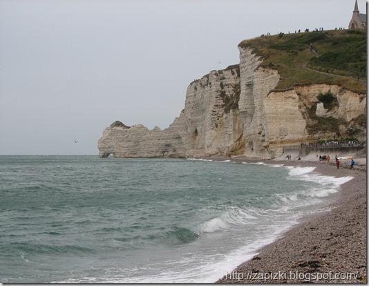 """Пляж в Этрета. Справа вверх на скалу уходит """"Тропа таможенников""""."""