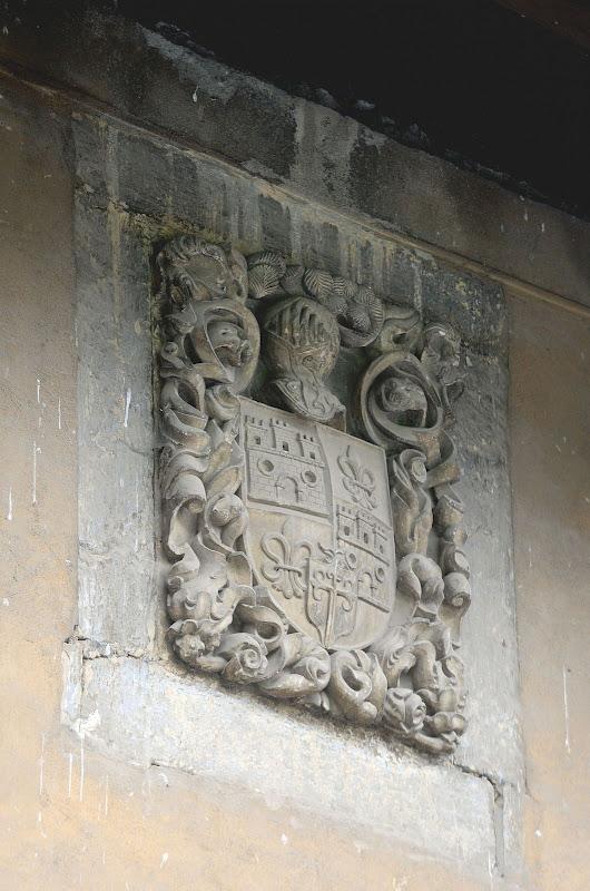 Escudo de la fachada del Placio de Abajo Cenera