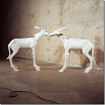 Kim Simonsson Kaksi peuraa/Two Deers 2004 keramiikka, lasi 220 x 35 x 100 cm valokuva: Christopher Martin
