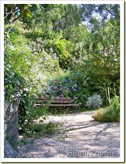 banc dans jardin